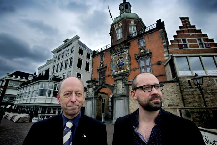 Teun de Bruijn (links) en Theo Pronk bij de Groothoofdspoort. © VICTOR VAN BREUKELEN