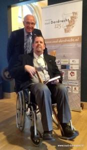 Acteur 'Simon van Gijn' heeft eerste exemplaar Jubileumboek 2017 in ontvangst genomen