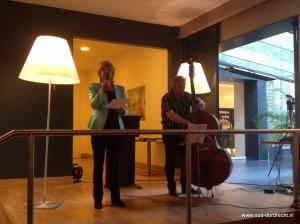 Marieke van Leeuwen draagt gedicht '125 jaar geleden' voor aan Vereniging Oud-Dordrecht